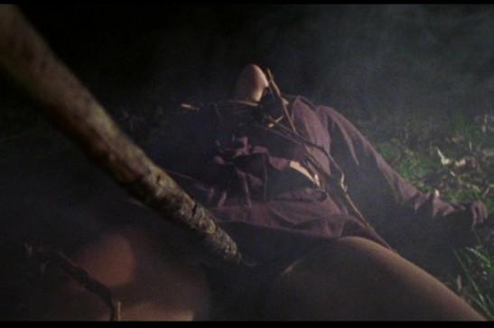 Fotograma de la posesión sexual del árbol a la joven