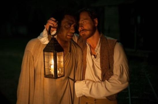 Chiwetel Ejiofor y Michael Fassbender en una escena de 12 años de esclavitud