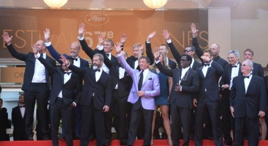 Los actores de Los Mercenarios 3 saludando en Cannes.