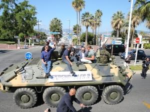 Los Mercenarios sobre un tanque en Cannes