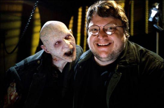 Guillermo del Toro con una de sus criaturas de The Strain.