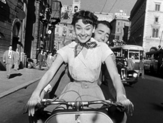 Audrey Hepburn y Gregory Peck en Vespa en la película Vacaciones en Roma.